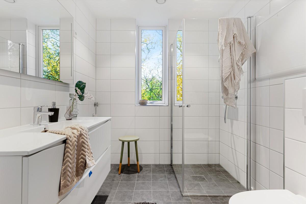 Bad i 1. etasje - komplett flislagt med gulvvarme og stor dusj-nisje.
