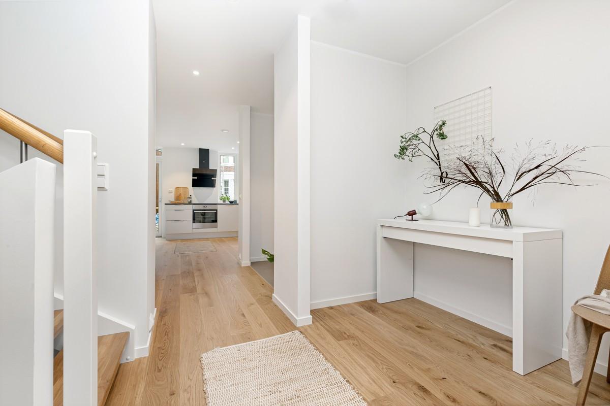 1. etasje inneholder inngangsparti, garderobeplass, kjøkken og disponibelt rom stue / sov