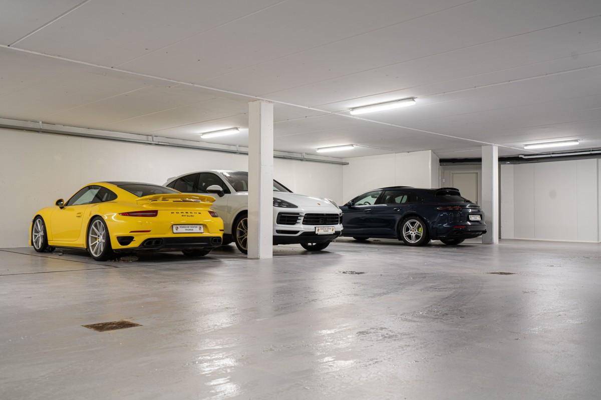 Det er anlagt garasje under tunet for sameiet -