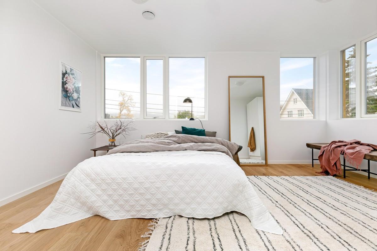 Disponibelt rom i 1. etasje - kan benyttes som et 4 soverom eller TV-stue
