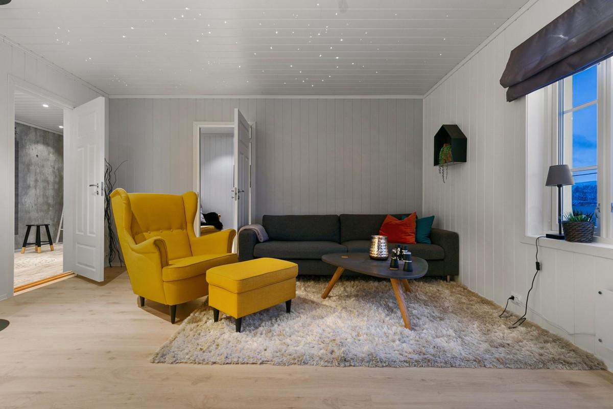 Praktisk loffstue/TV-stue i 2. etasje