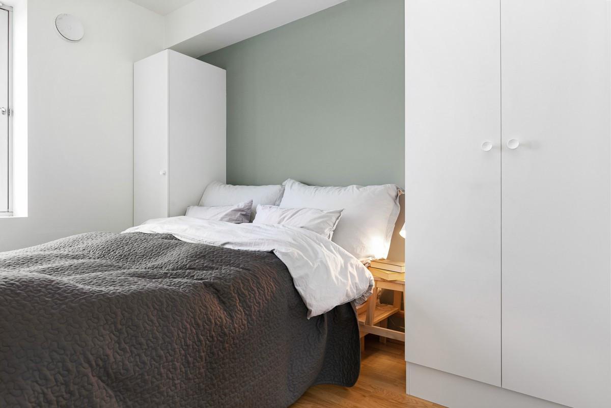 Soverommet er med skap og direkte tilgang til baderommet