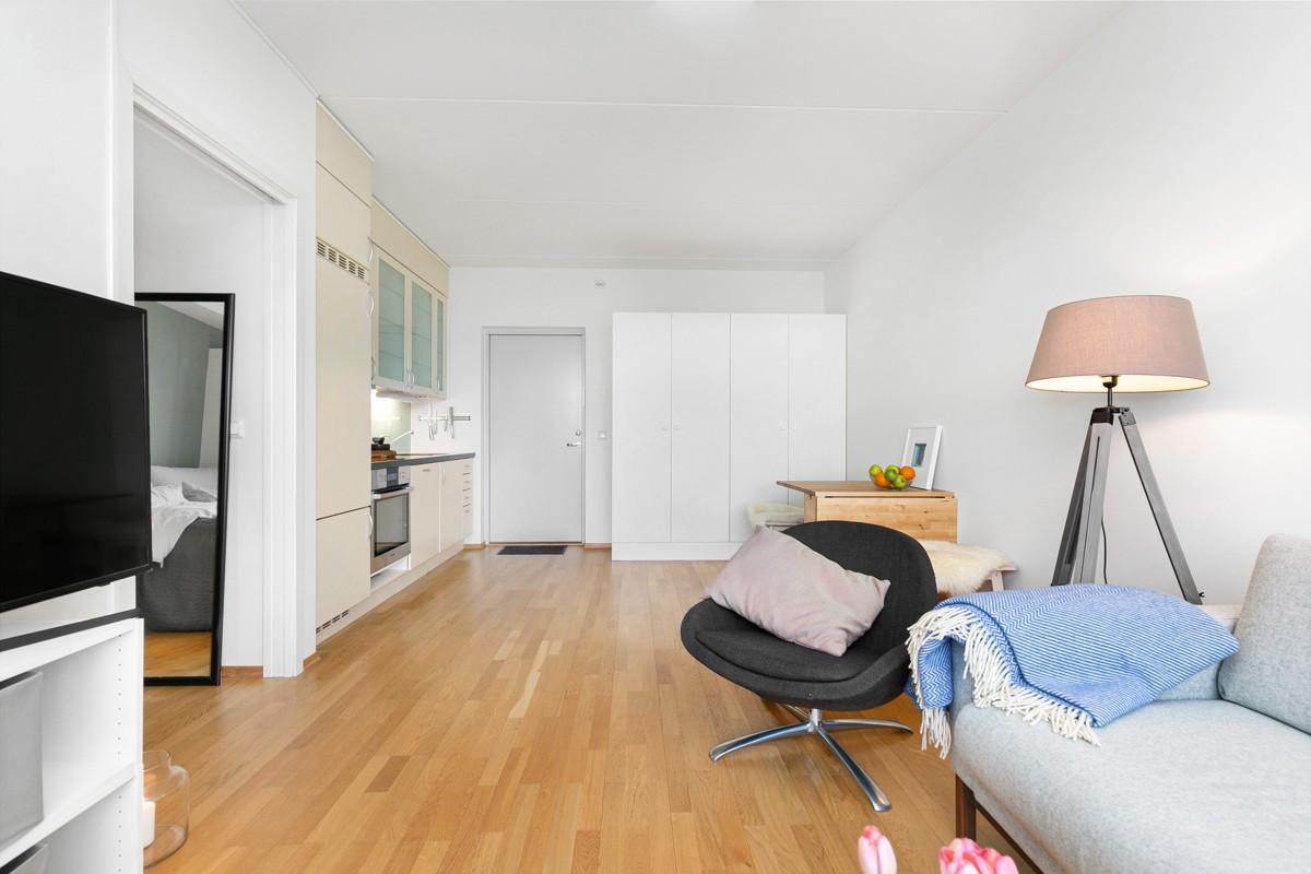 Leiligheten har gode kvaliteter som parkett og flis på gulv og hvite flater