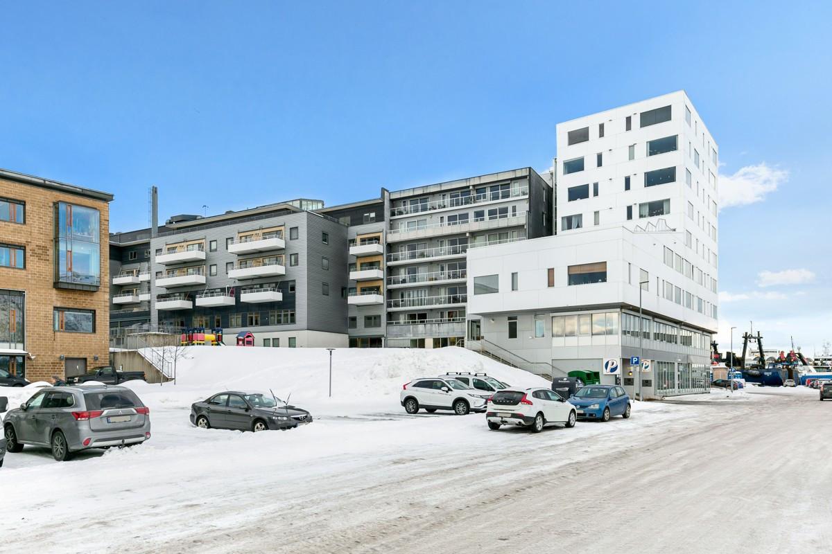 Leiligheten ligger i 3. etasje og har umiddaelbar nærhet til sentrum med alt av fasiliteter