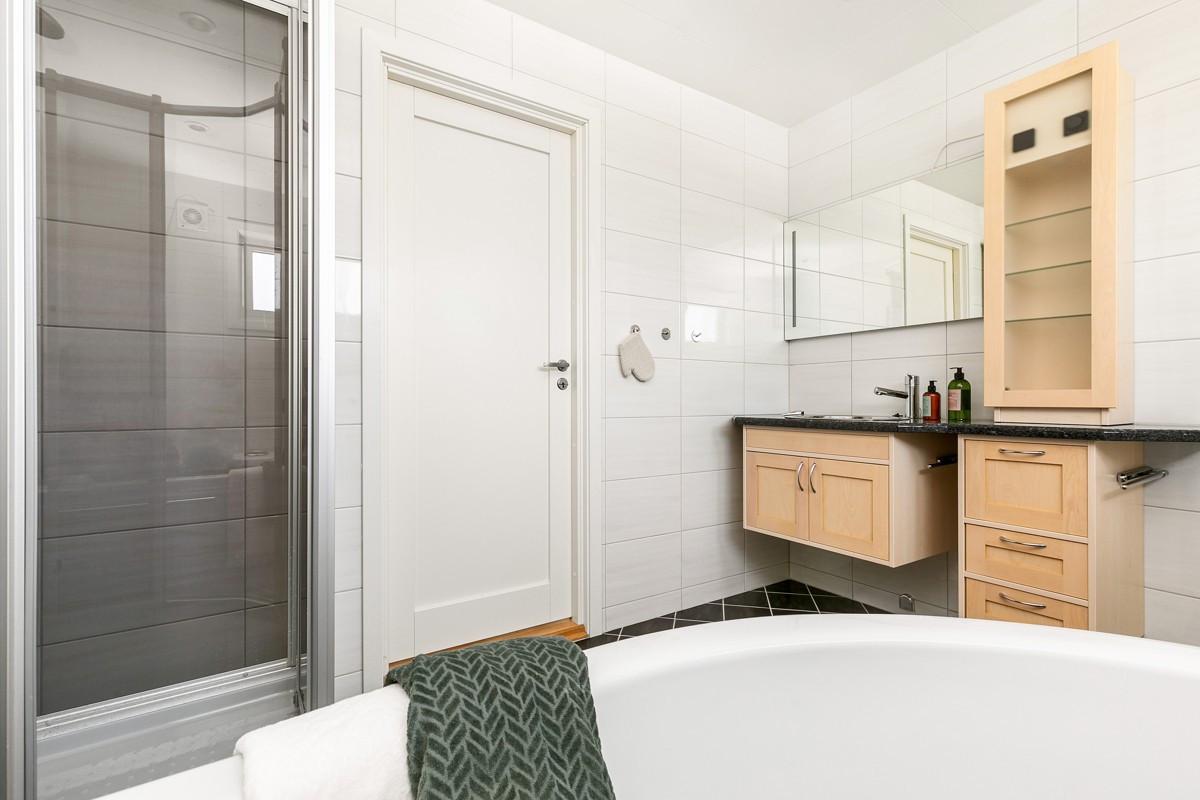 Dette badet har både badekar og dusjkabinett