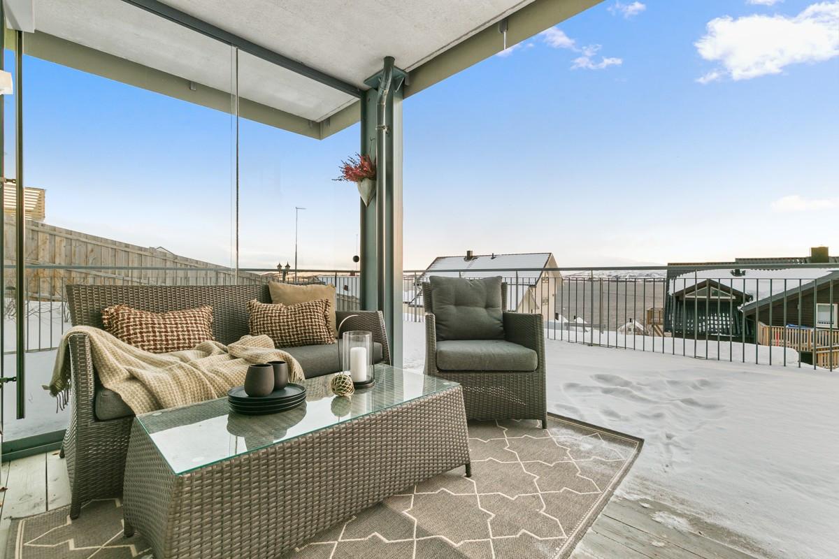 Fra stuen er det utgang til lun terrasse som er delvis overbygd