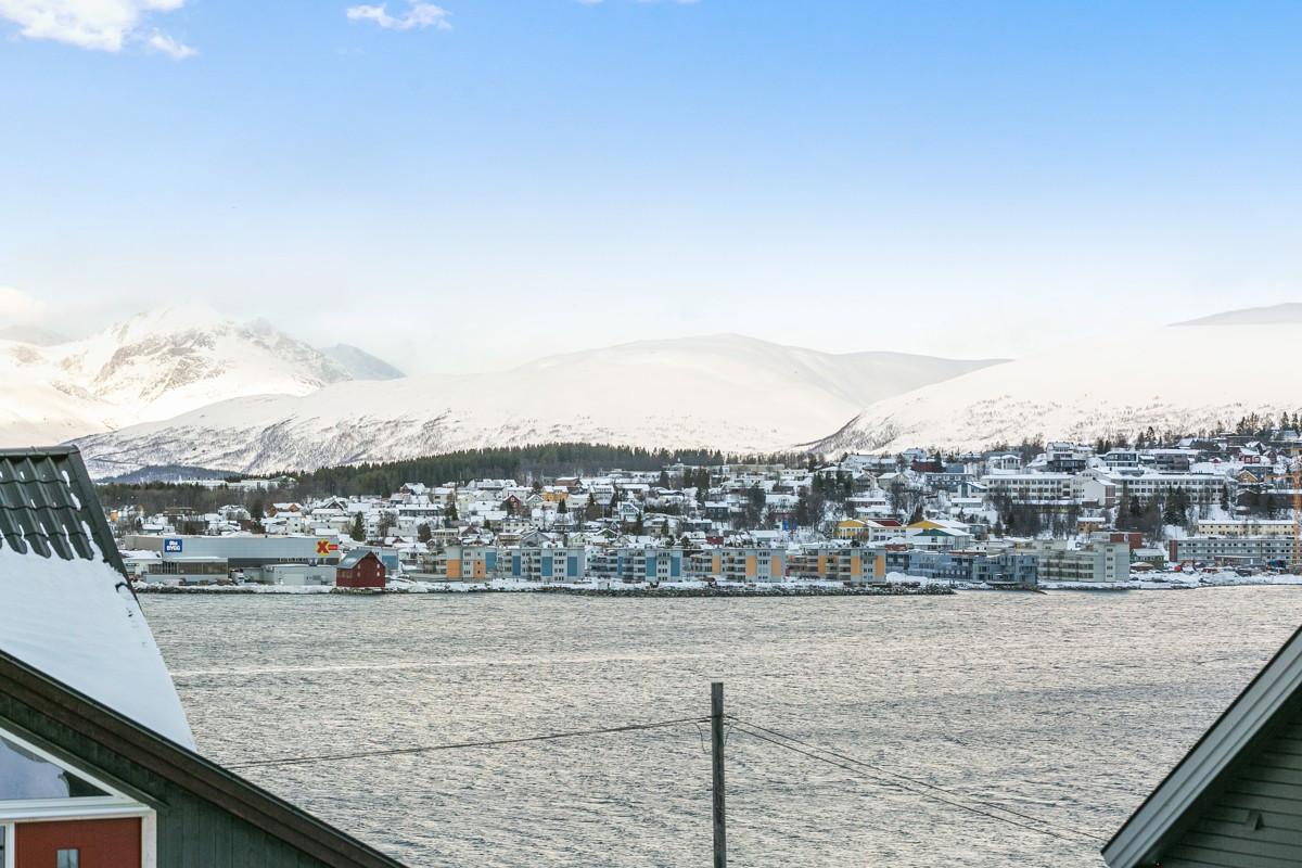 Utsikten er mot Tromsøya, innseilingen og Rya-forbindelsen