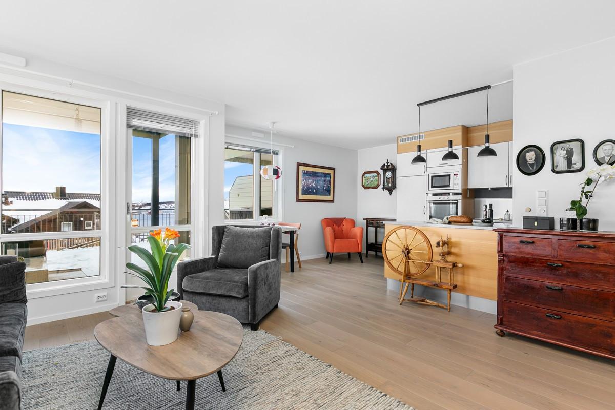 God størrelse på stue med åpen løsing til kjøkken og frokostplass