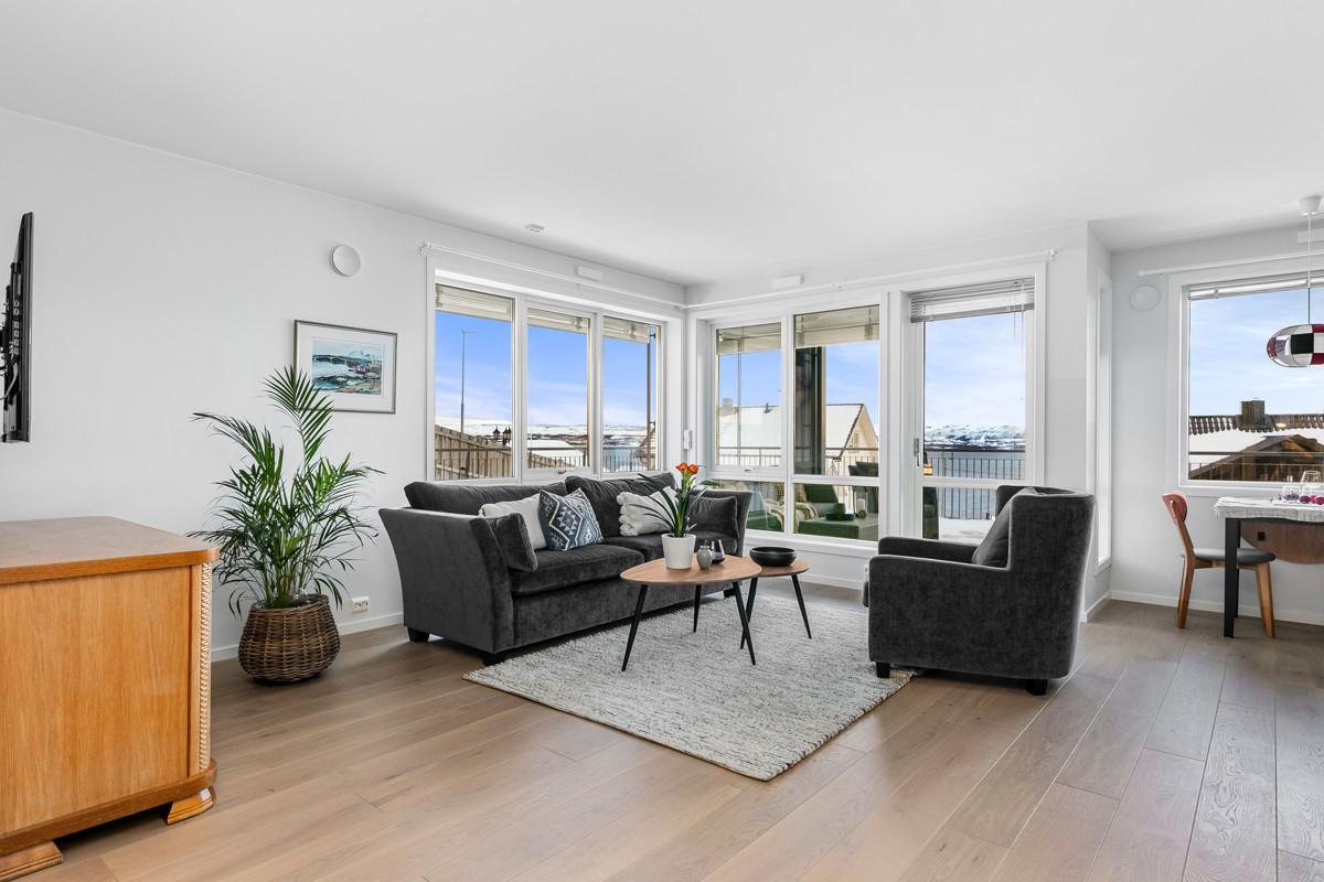 Stuen er luftig og lys, parkett på gulv med varme og store vindusflater
