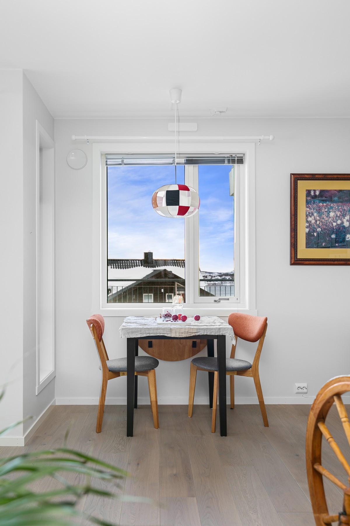 Det er fint mulig å ha et kjøkkenbord ved vindu - Her kan den flotte utsikten nytes til dagens første kaffekopp