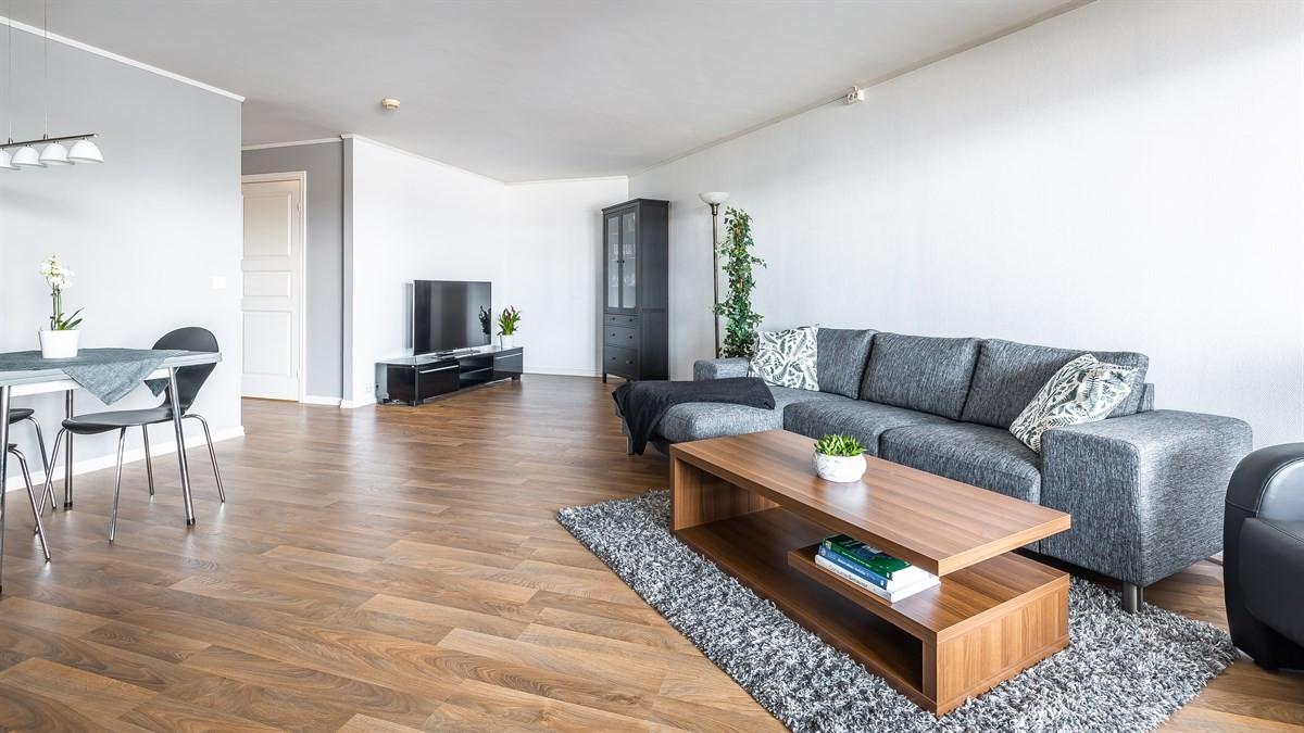 Åpen stue/kjøkkenløsning med rom for spiseplass