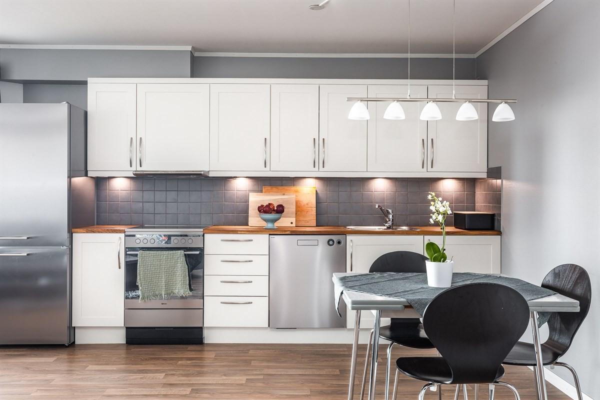 Hvit kjøkkeninnredning - rikelig med skapplass