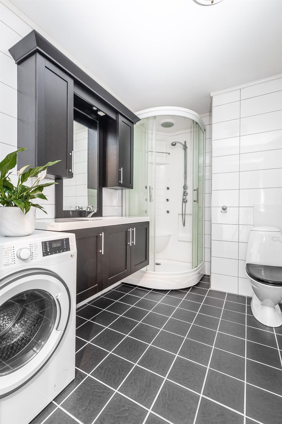 Komplett fliselagt baderom med moderne innredning og gulvvarme