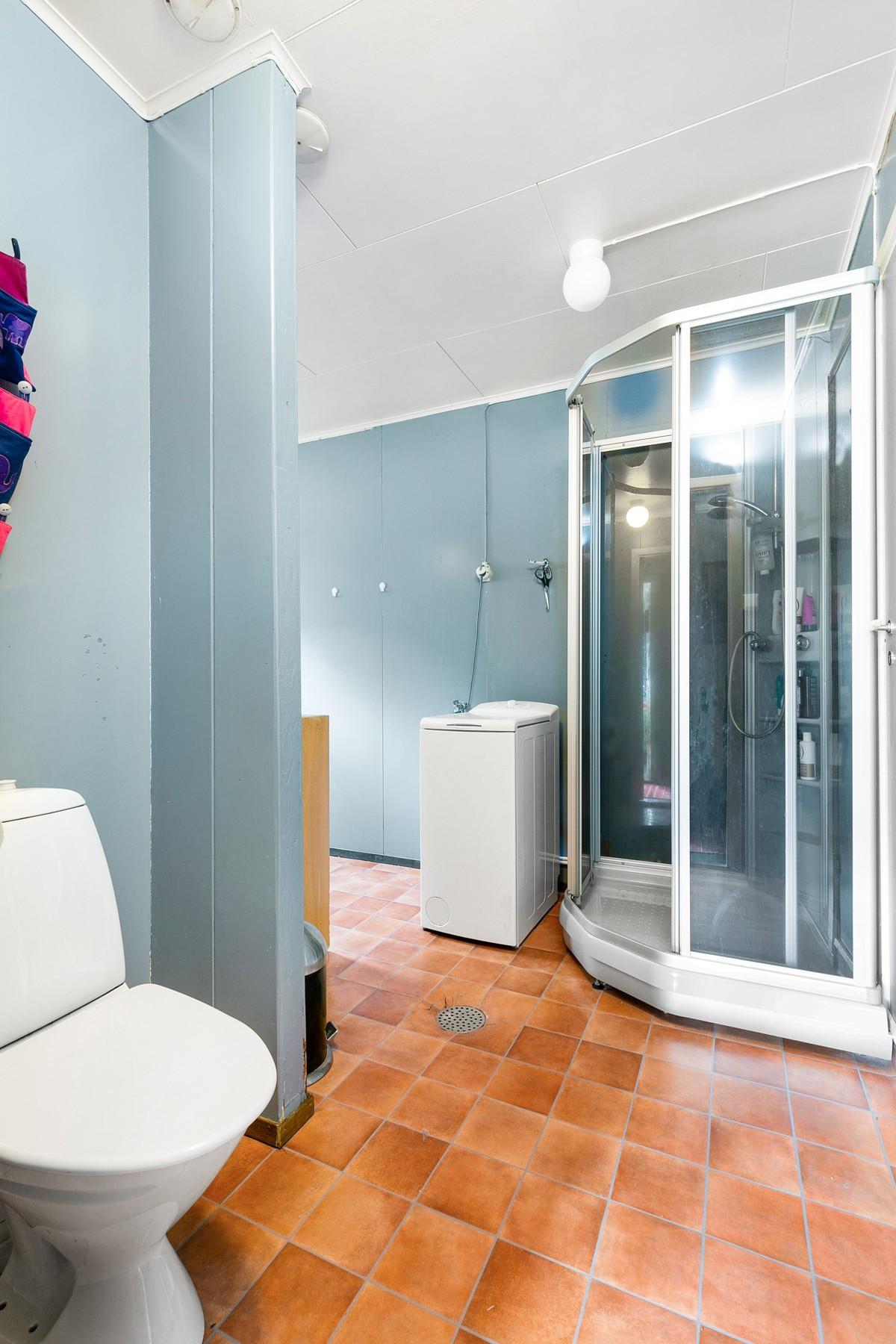 Bad er innredet med dusjkabinett (ny i 2013), wc, servant og opplegg for vaskemaskin