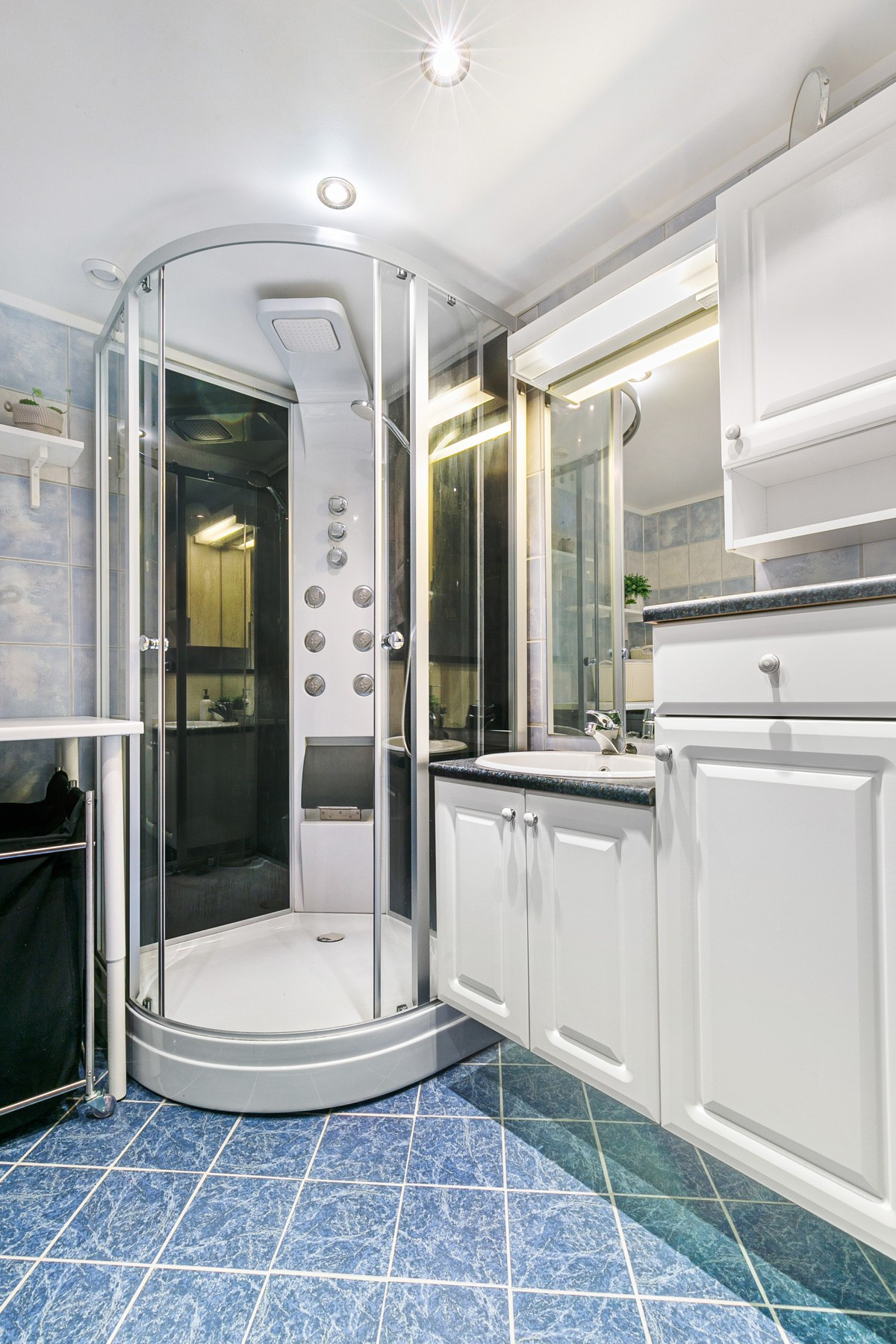 Stor baderomsinnredning og stort dusjkabinett på baderom