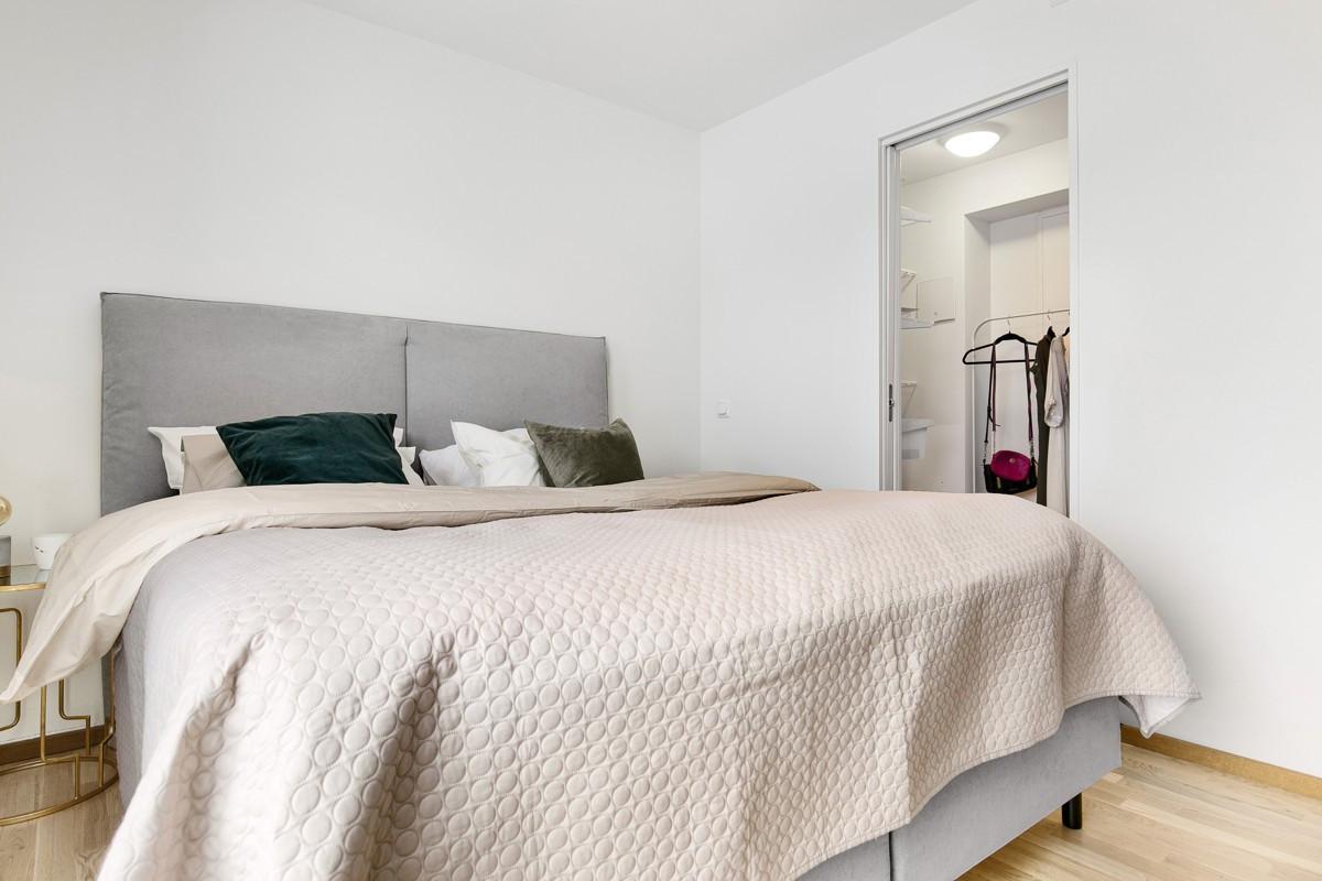 I tilknyttning til rommet er det en bod/walk in-closet på ca. 3 kvm noe som er med på å gi en praktisk plass for oppbevaring av sesongtøy