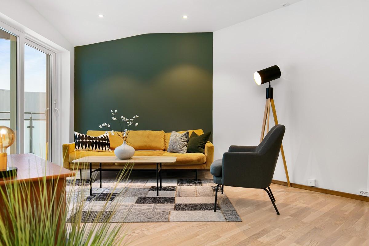 Her er det moderne utførelse med spotter i tak, store vindusflater, samt vannbåren varme i gulv
