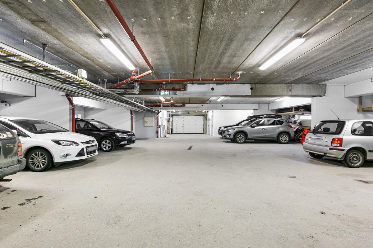 Romslig og flott garasje med private sportsboder