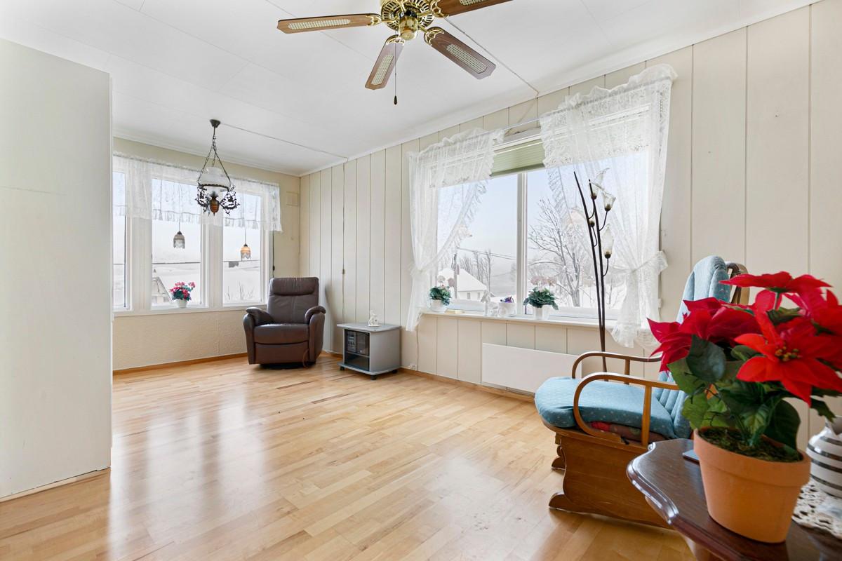 Stue i 1. etasje - store vindusflater som gir rikelig med lysinnslipp