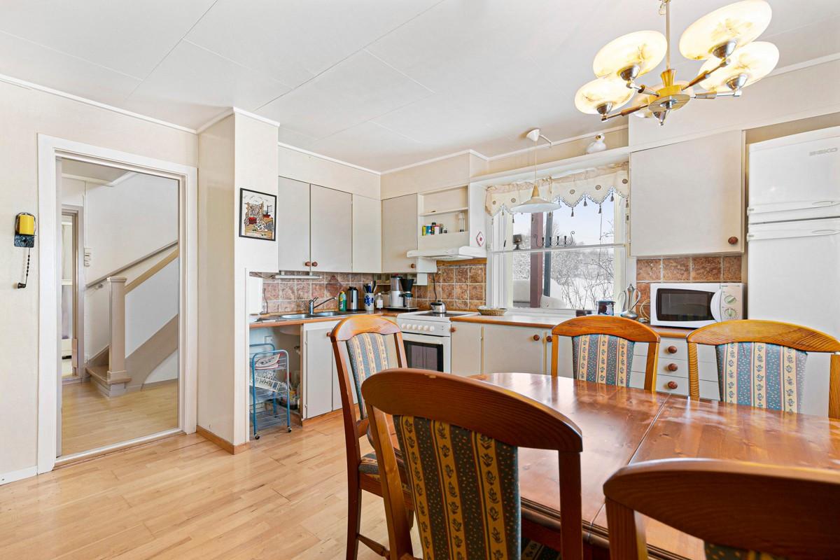 Kjøkken i 1. etasje er romslig og har plass til spisebord