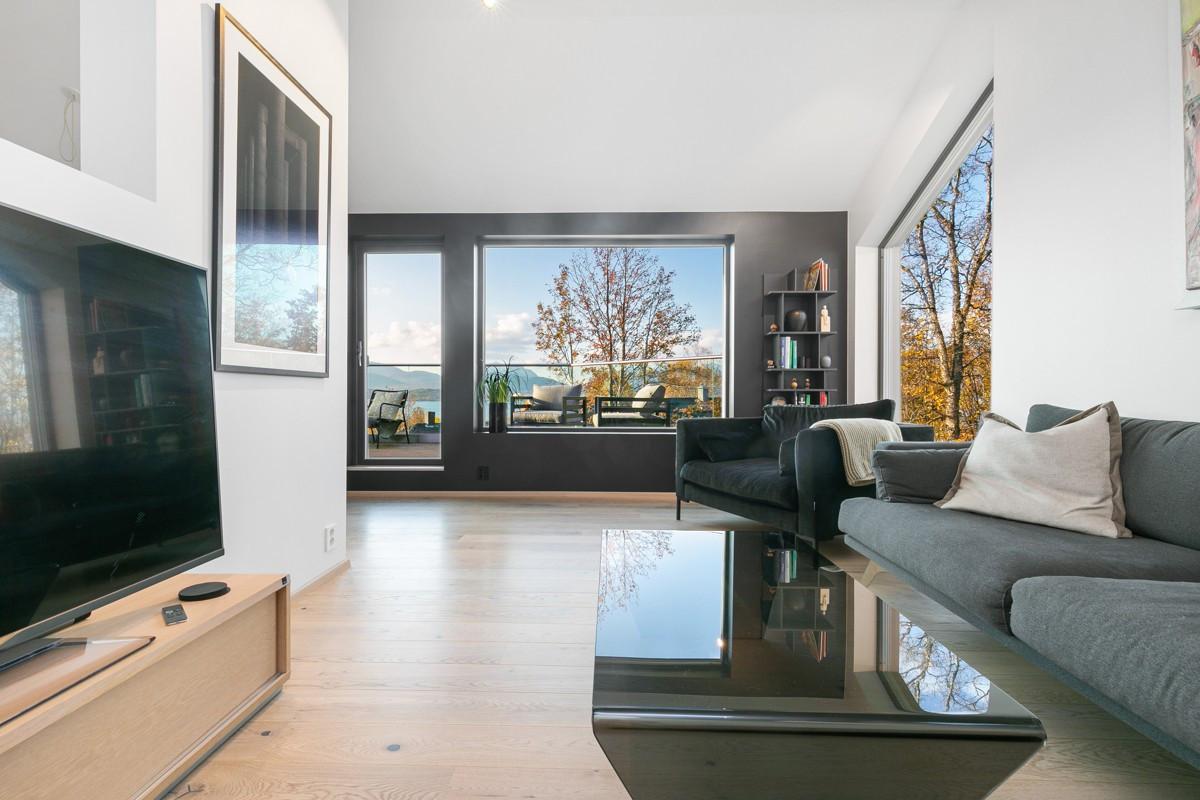 Boligen har en høy standard med parkett og sliser på gulv, hvite flater og store vindusflater