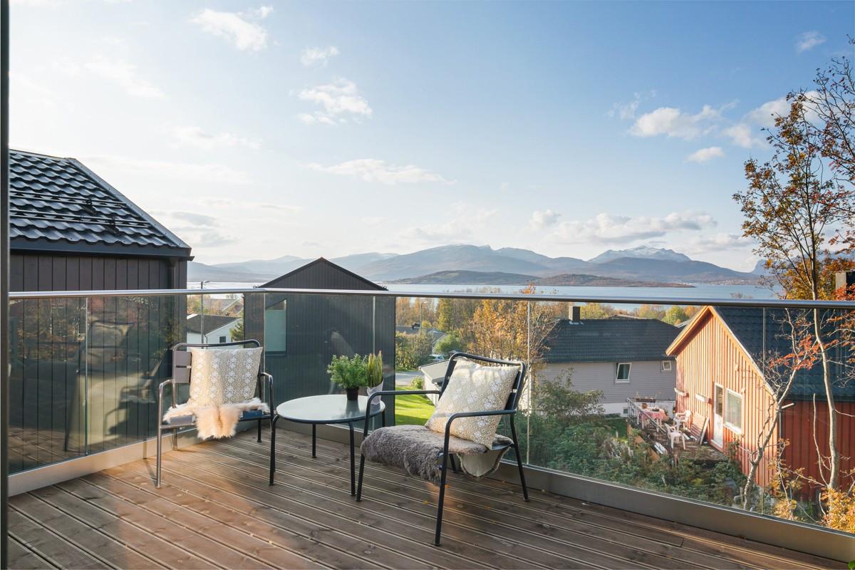Vestvendt veranda med gode utsiktsforhold!