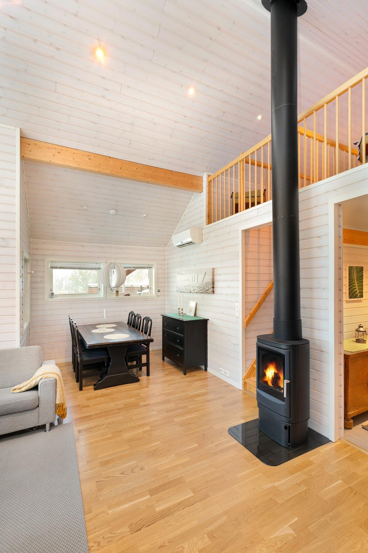 Rommet bindes sammen av sentralt plassert vedfyr som gir god varme og skaper en lun atmosfære