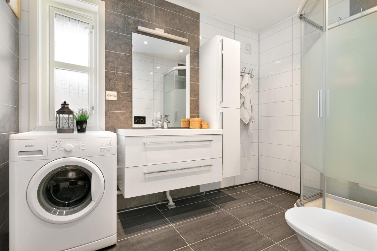 Moderne, romslig og praktisk bad med gulvvarme og opplegg for vaskemaskin