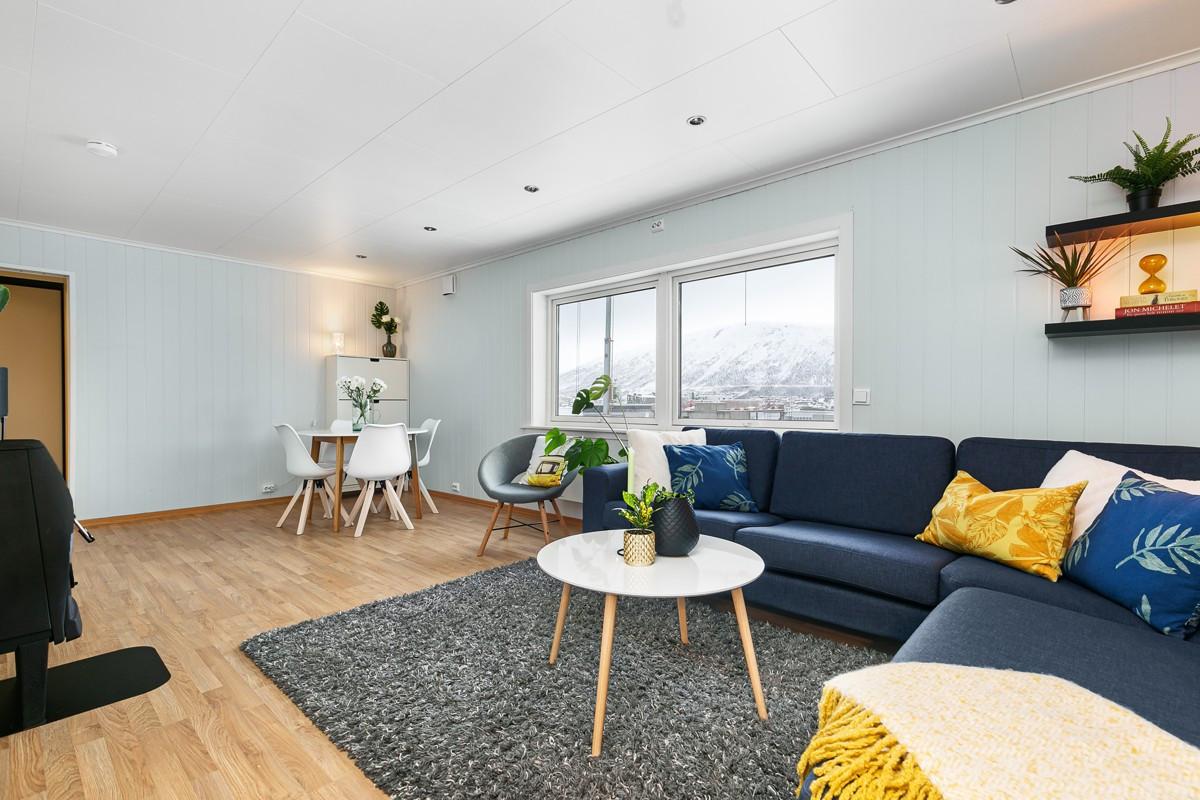 Stuen er av god størrelse, med god plass til spisestue