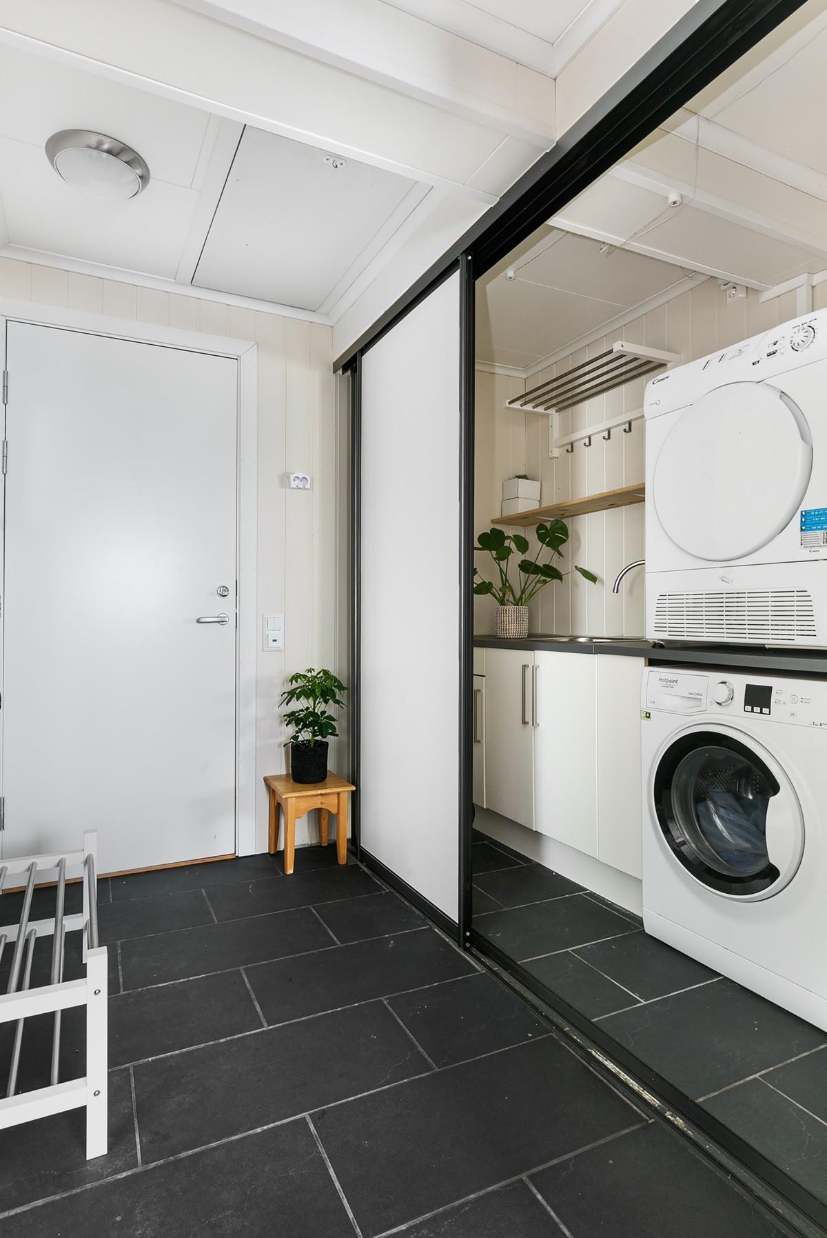I gang/entré er det etablert smart vaskeromsløsning skjult av skyvedører