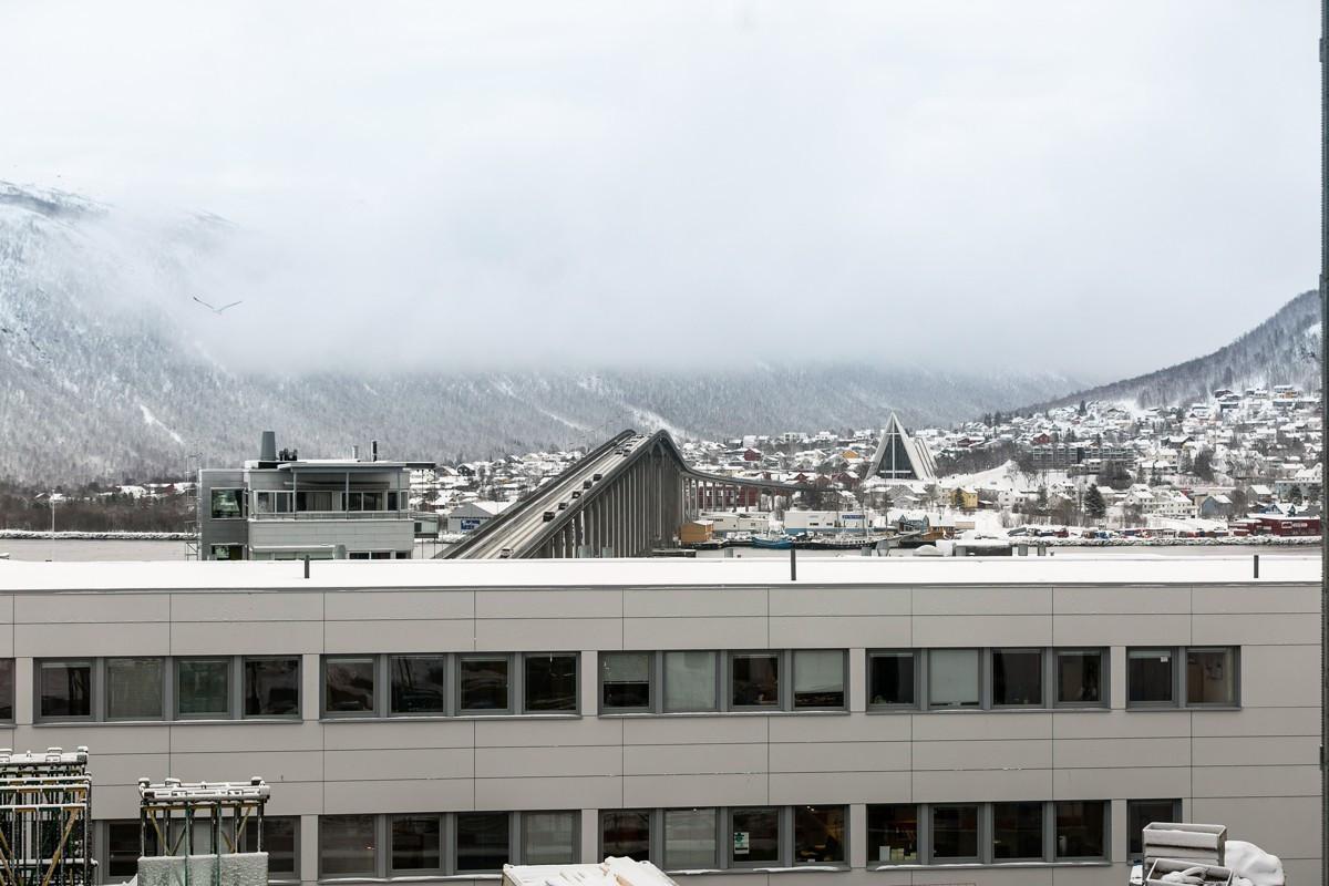 Fra stue er det utsikt mot Tromsdalen og Tromsøbra - like nedenfor er det planlagt park tilhørende Solseilet