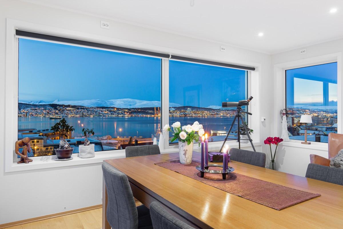 Stue med masse lysinnslipp og utgang til solrik veranda