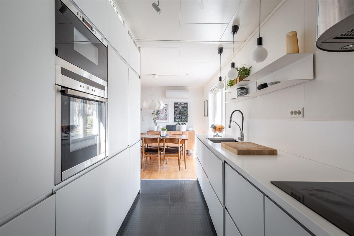 Praktisk kjøkken med integerte hvitevarer
