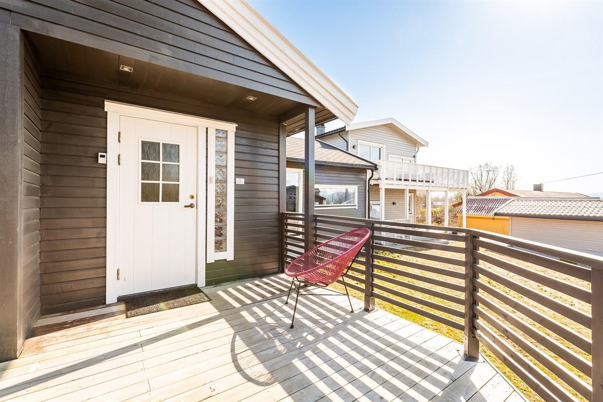 Inngangsparti med vestvendt platting/veranda på 13 kvm