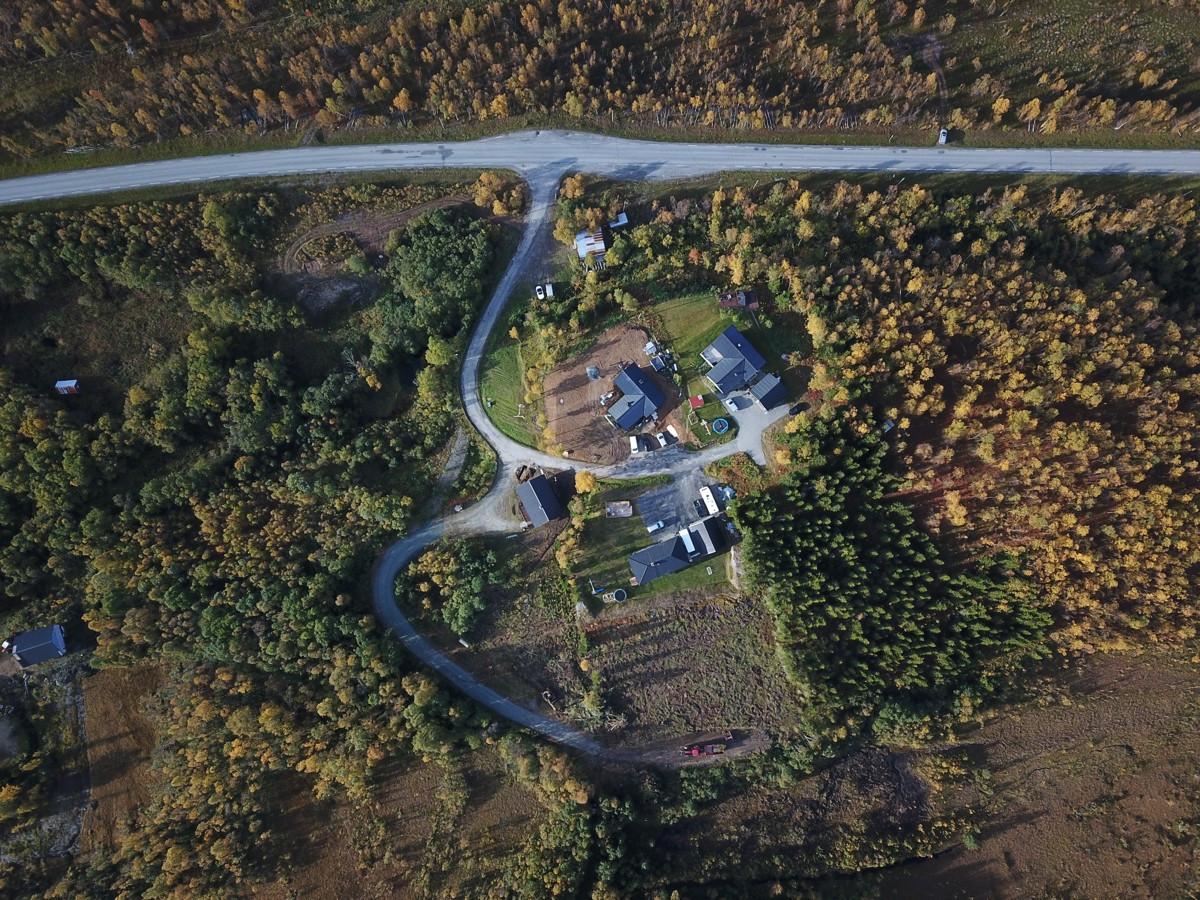 Stor terrassert boligtomt i landlige omgivelser