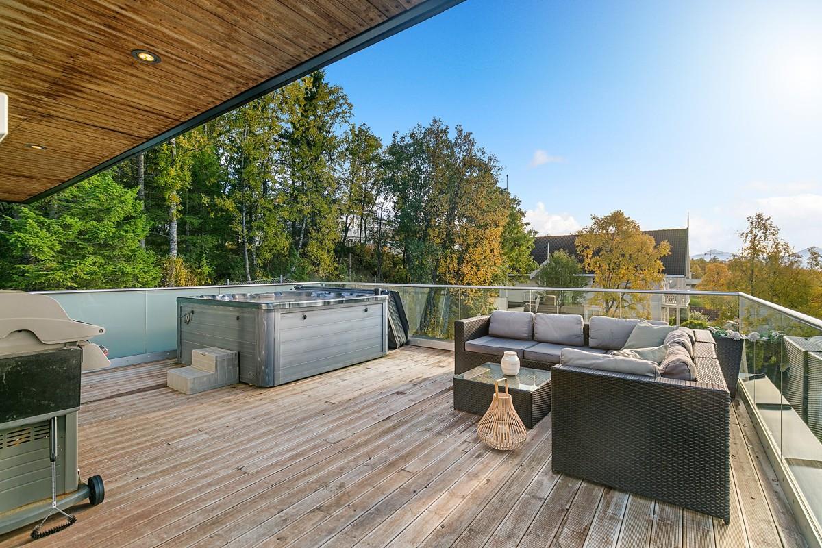 Meget romslig terrasse med god plass til møblering, jacuzzi og grill