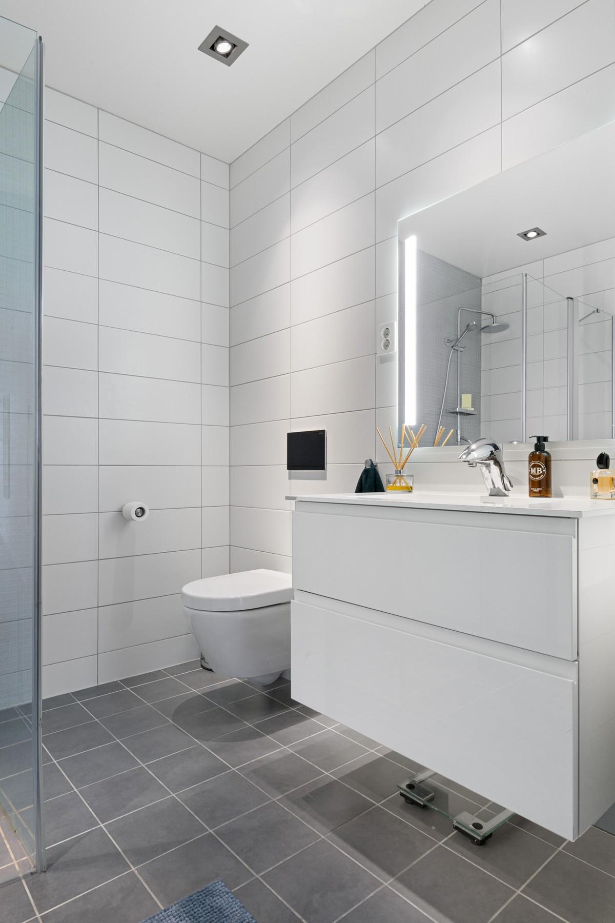 Bad i 1. etasje er komplett flislagt med gulvvarme