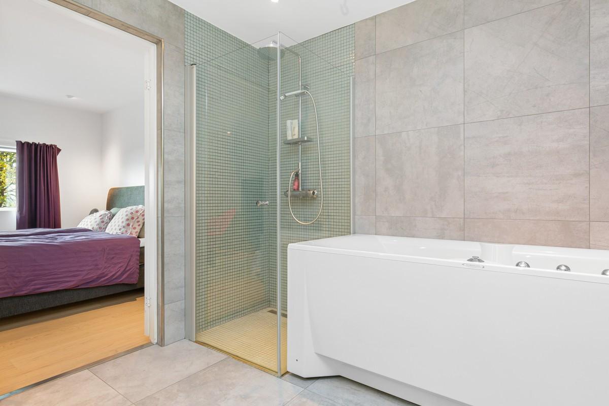 Komplett flislagt bad med gulvvarme i tilknytning til hovedsoverom