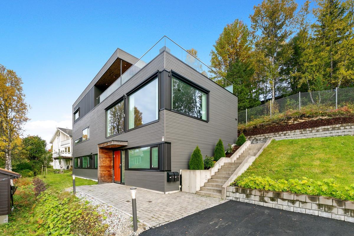 Eksklusiv og påkostet enebolig med garasje, romslig terrasse og to godkjente utleieenheter