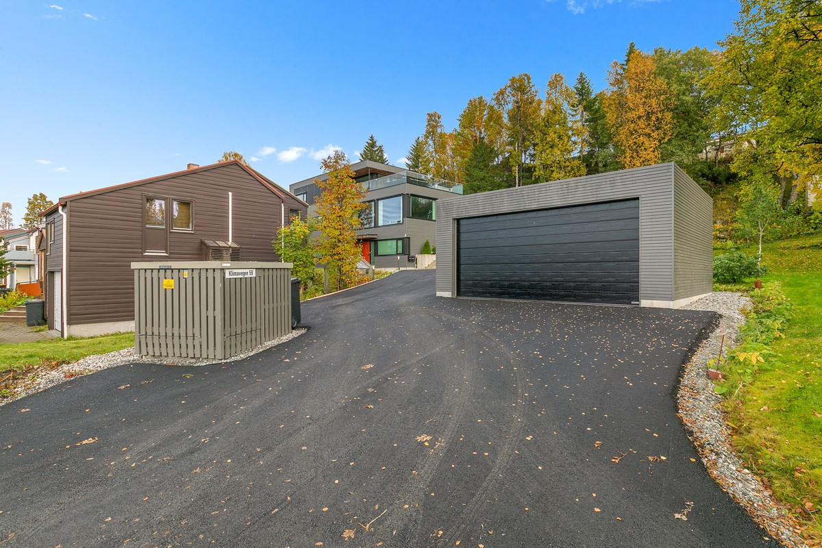 Gårdsplassen er asfaltert vår 2019