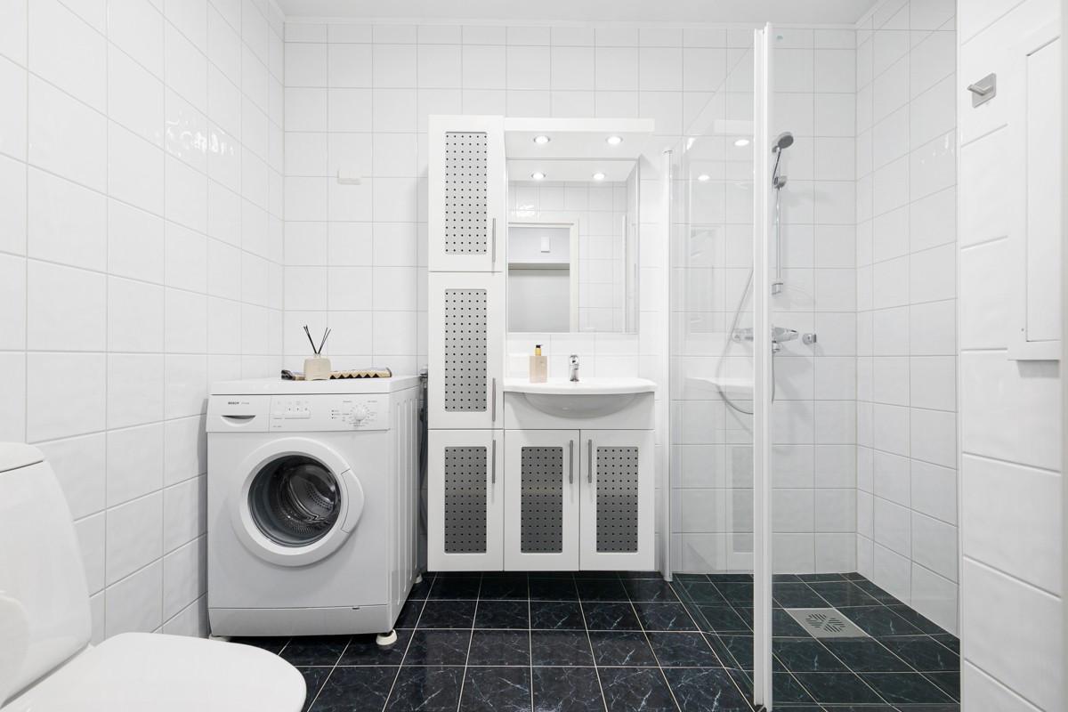Dusjnisje, wc, servant og rom for vask/tørk
