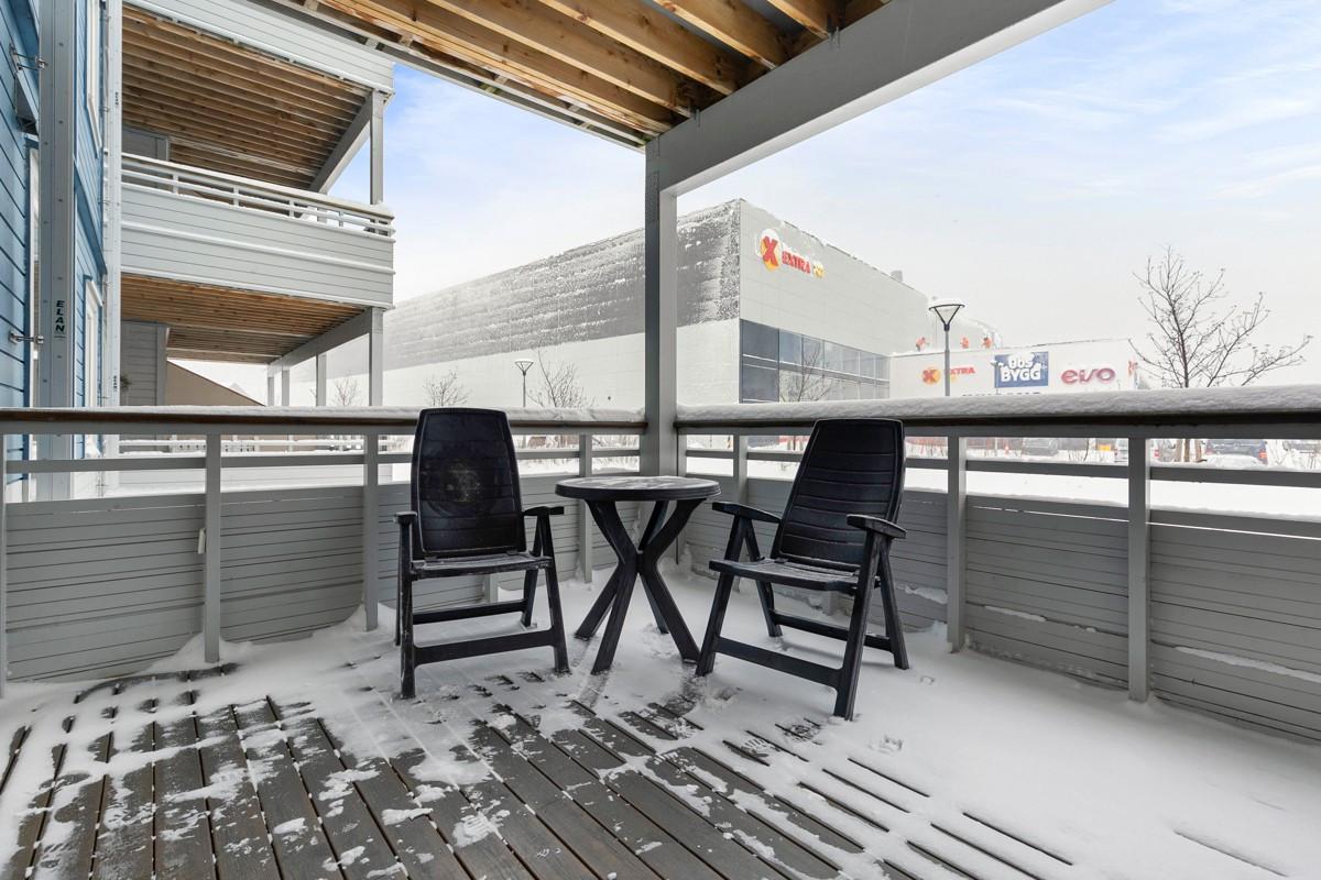 Fra stue er det utgang til veranda med overbygg mot sørvest