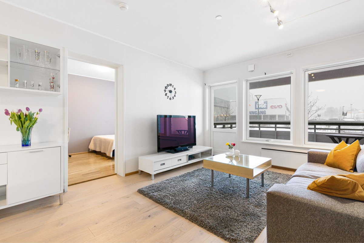 I tilknytning til stue er det et romslig soverom og utgang til terrasse.