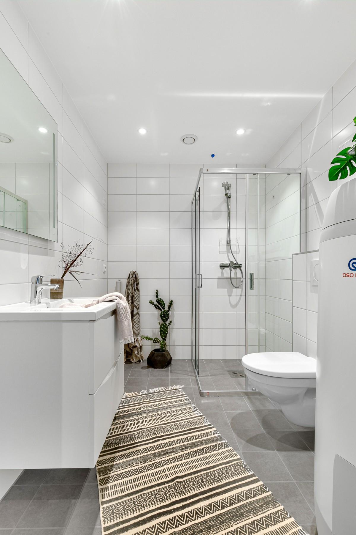 Komplett flislagt baderom med gulvvarme, stor dusjnisje og spotter i tak