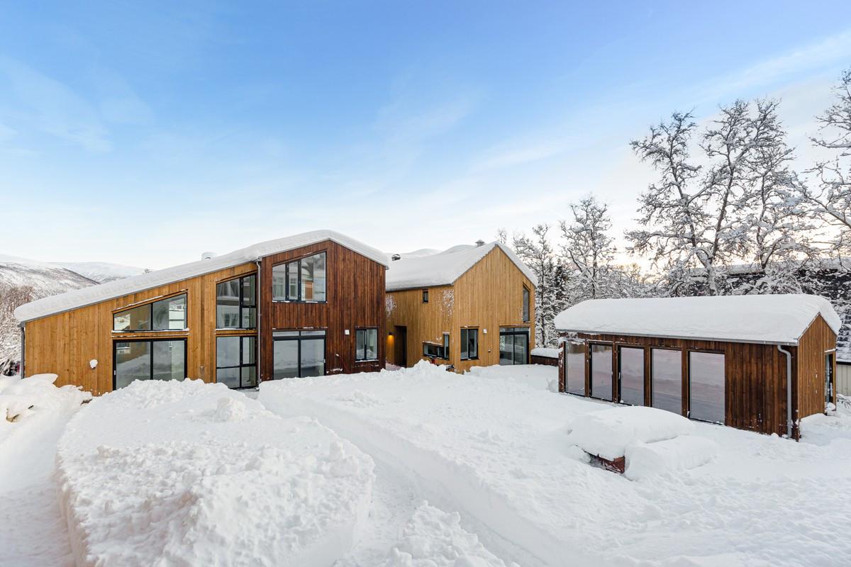 Tunet mellom boligene - til høyre ser du lysthuset / vinterhagen som kan benyttes til koselige og festlige lag