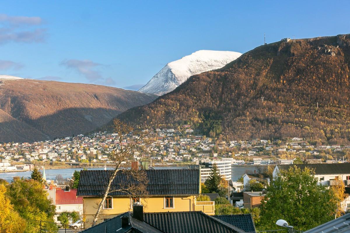 Fra boligen har du flott utsikt mot Tromsdalstinden, fjellheisen og fastland generelt