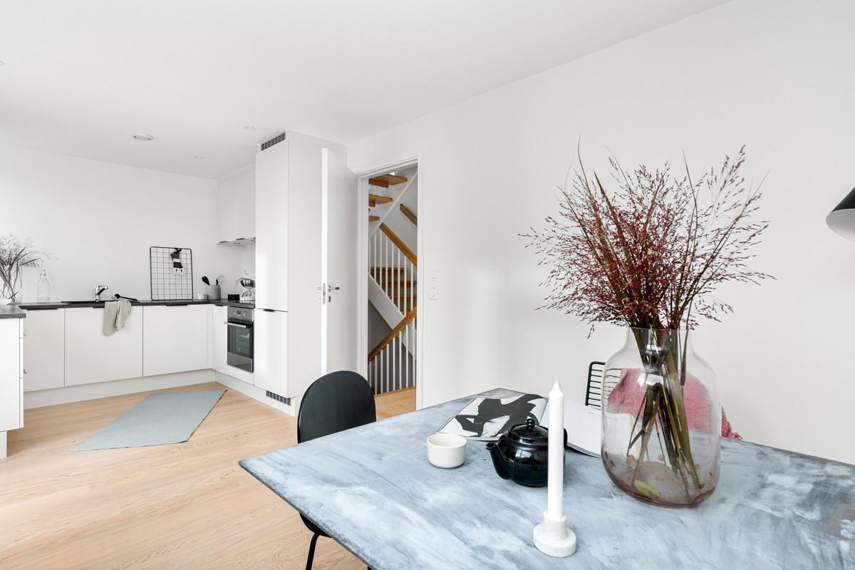 Kjøkkenet ligger i 1. etasje (bakkeplan) - i underetasje er det boder og utgang til garasjeanlegg