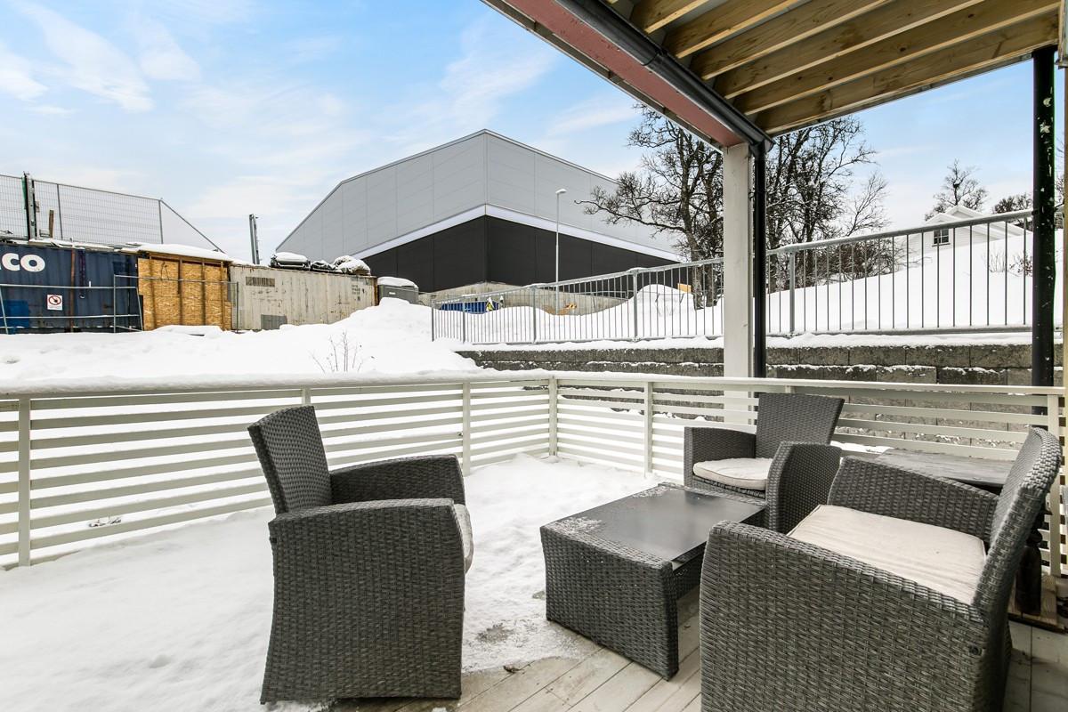 Veranda har god plass til utemøbler og er delvis overbygd