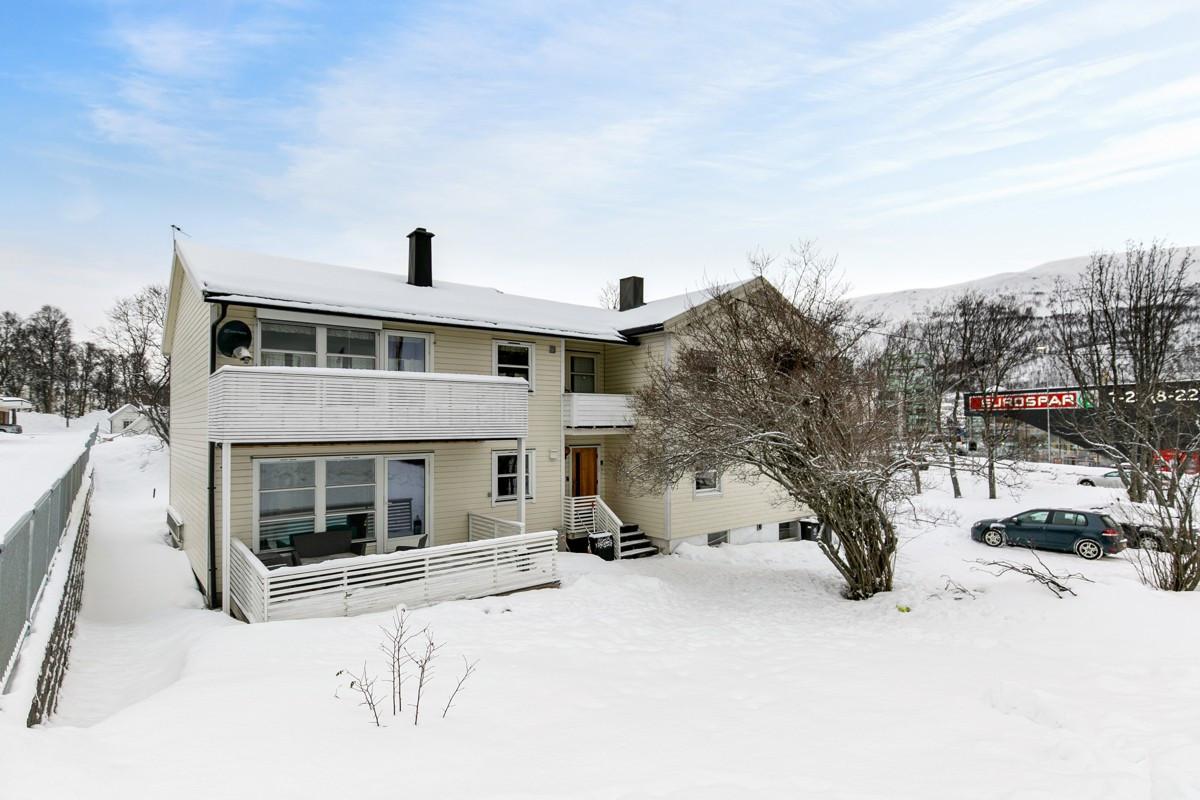 Boligen ligger i ca. 2 km fra Tromsø sentrum med nærhet til skole, barnehage, Eurospar og gode bussforbindelser