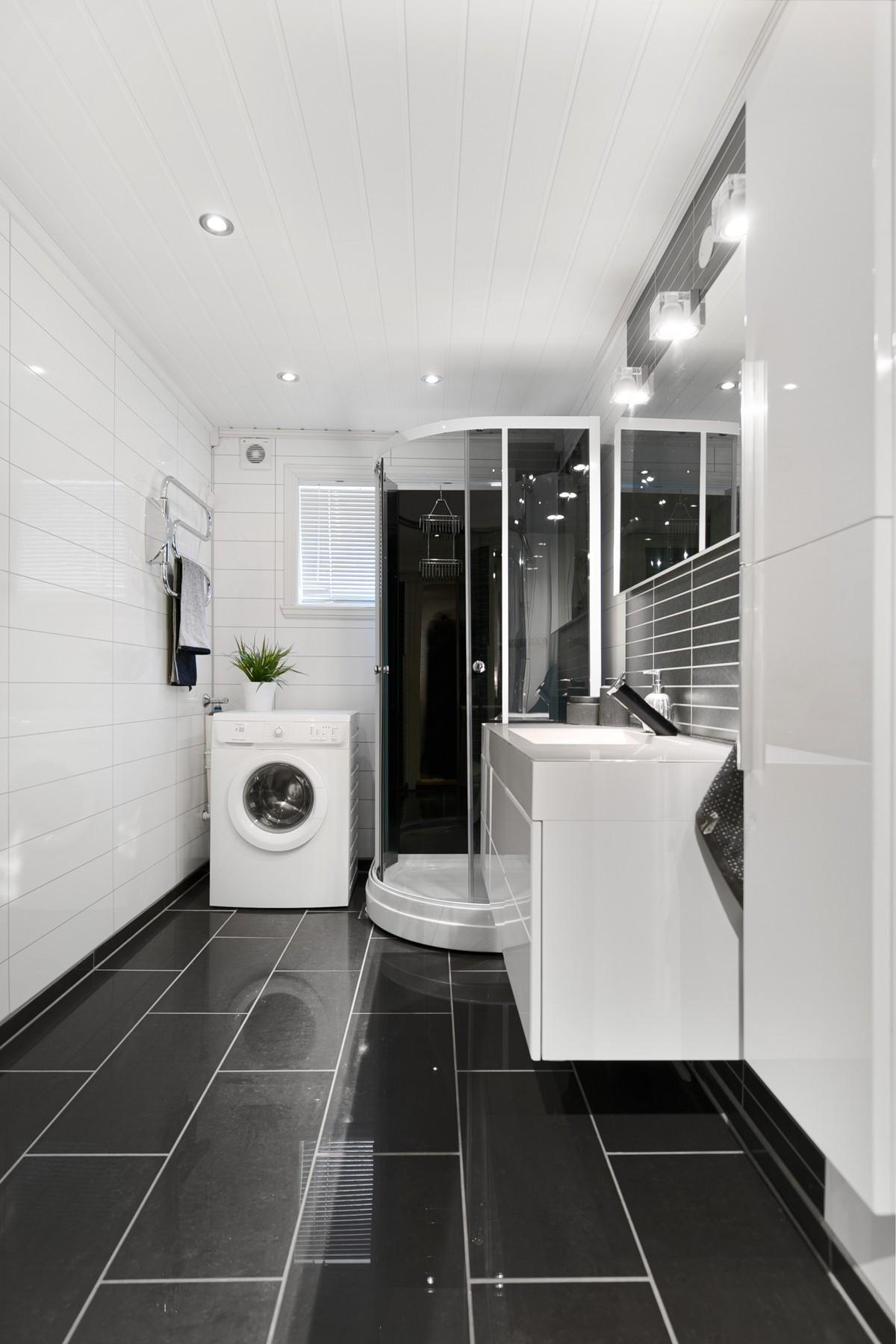 Baderommet gir god plass for vaskmaskin/tørketrommel
